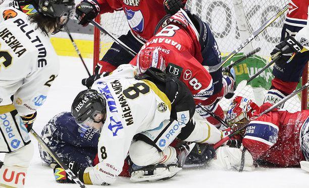 HIFK:n kasi Ville Varakas ja Kärppien kasi Saku Mäenalanen olivat mukana joukkopainissa, josta tuomarit jakoivat yhteensä 30 jäähyminuuttia.