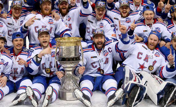 Mikko Koskinen (oikealla etualalla) juhlii KHL:n mestaruutta.