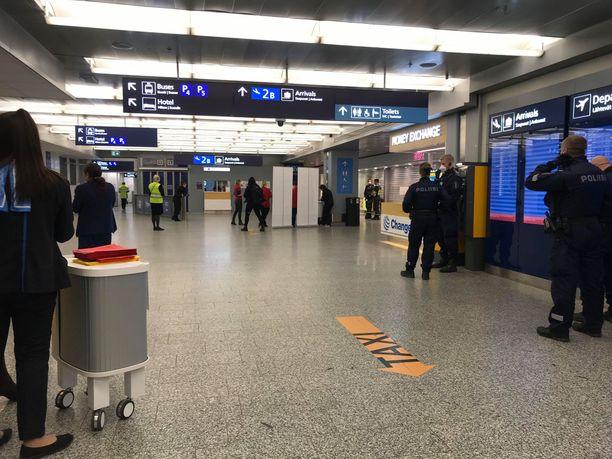 Helsinki-Vantaan tuloaulassa ulkomailta saapuvia matkustajia vastaanottamassa oli perjantaina myös poliiseja.