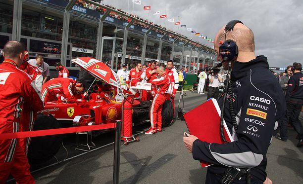 Kun Adrian Newey tarkastelee lähtöruudukossa Ferrarin autoja, italialaistallin työntekijöiden piirissä alkaa yleensä melkoinen kuhina.