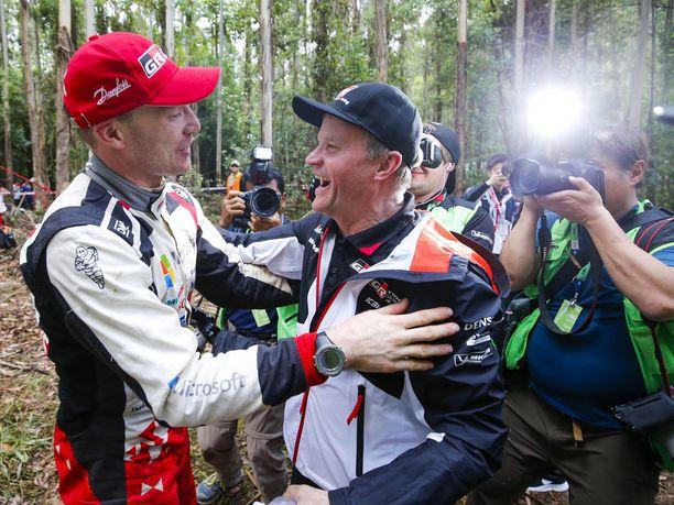 Tommi Mäkinen onnitteli Jari-Matti Latvalaa Australian rallin voitosta ja Latvala onnitteli Mäkistä valmistajien maailmanmestaruudesta.