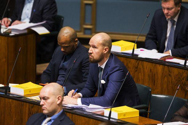 Toivola on ollut pois lähes joka kolmannesta täysistunnosta. Toivolan vieressä istuva vihreiden puheenjohtaja Touko Aalto ilmoitti torstaina jäävänsä sairauslomalle uupumuksen takia.