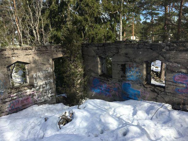 Rauniohuvila sijaitsee metsässä aivan Kauniaisten hautausmaan tuntumassa.