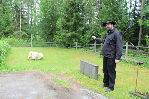 Juha Luukkonen esittelee joukkohauta-aluetta.