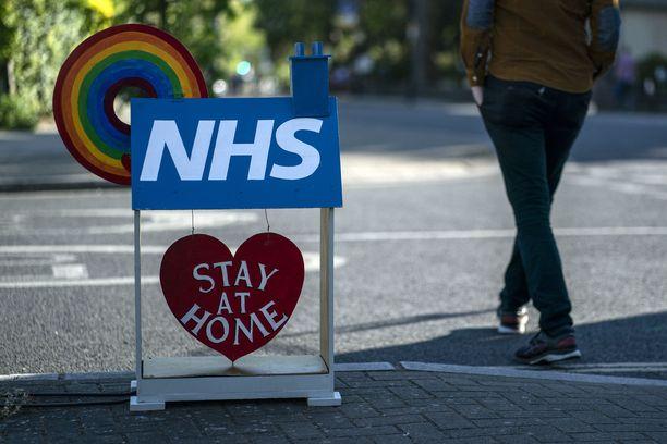 Britannian julkinen terveydenhuoltojärjestelmä NHS kehottaa ihmisiä pysymään kotona koronavirusepidemian aikana.