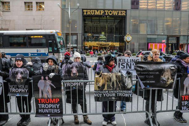 Donald Trumpin hallinnon aikeet poistaa trofeiden tuontirajoitukset aiheuttivat protesteja New Yorkissa.