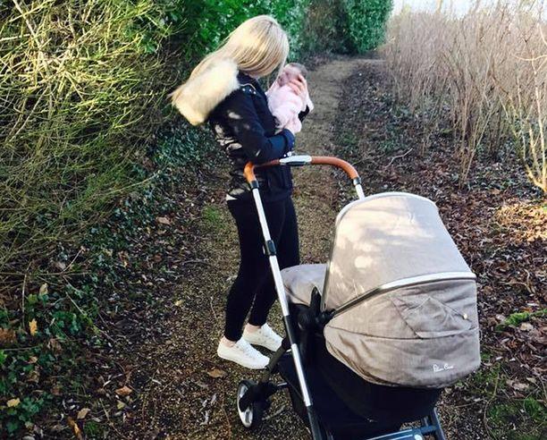 Vanhemmat saivat viedä kuolleen Evlynin jopa rattailla ulos saattokodin pihamaalle.