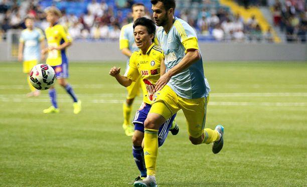 HJK:n ja Atomu Tanakan (vasemmalla) taistelu ei riittänyt Astanaa ja Foxi Kethevoamaa vastaan.