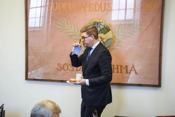 SDP:n Antti Lindtman tivasi pääministeri Juha Sipilältä, kuka antoi määräyksen muuttaa irtisanomisesityksen vaikutusarvioita. Sipilä tuohtui Lindtmanin kysymyksestä.