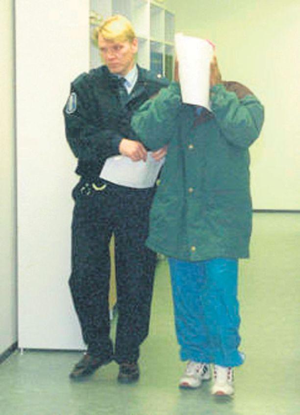 Abdiqadir Osman Hussein on istunut Suomessa yli 19 vuotta vankilassa murhasta, raiskauksesta ja lapsen seksuaalisesta hyväksikäytöstä. Hän pääsee vapaaksi syyskuussa 2016. Kuva Tampereen oikeustalolta vuodelta 1995.