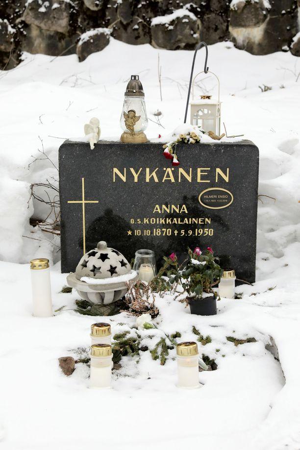 Nykästen sukuhauta Jyväskylän vanhalla hautausmaalla. Matti Nykäsen lisäksi paikalle on haudattu vuonna 2016 kuollut Matin isä Hilmeri Ensio Nykänen ja 1950 kuollut Matin isoisoäiti Anna Nykänen (o.s. Koikkalainen).