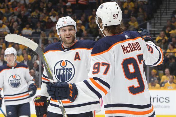 Connor McDavid (97) ja Leon Draisaitl (A) olivat päättyvällä kaudella Edmonton Oilersin parhaat pelaajat.
