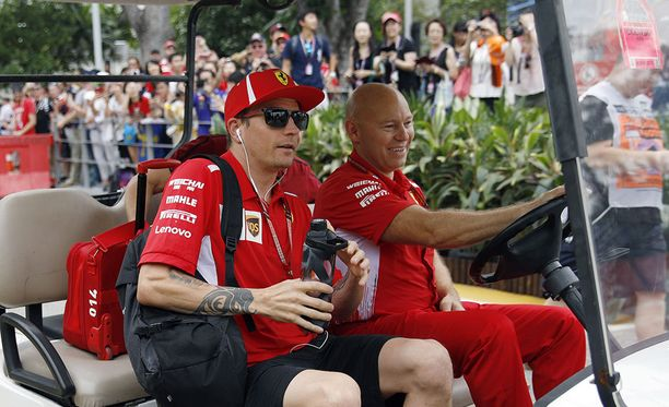Kimi Räikkönen saapui Marina Bayn varikolle varsin rauhallisella kyydillä.