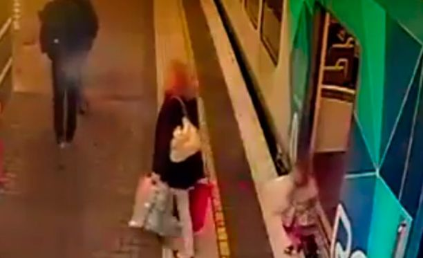 Valvontakamerakuvassa näkyy selvästi, miten tyttö putoaa junan ja asemalaiturin väliin.