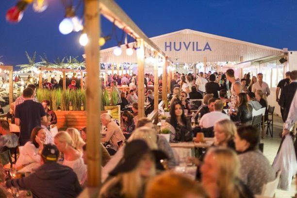 Hernesaaren ranta on suosittu kokoontumispaikka kesäiltoina ja viikonloppuina.