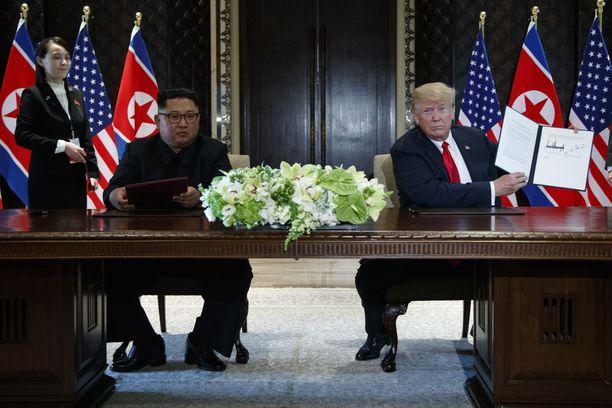 Trump esitteli allekirjoitustaan Singaporessa.