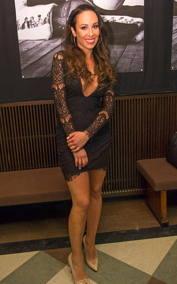 Janna Hurmerinta palasi juuri lemmenlomalta Vietnamista. - Miesystäväni ei ole vielä nähnyt tätä pukua, laulaja hymyili rohkeasta Nelly-brändin mekosta.