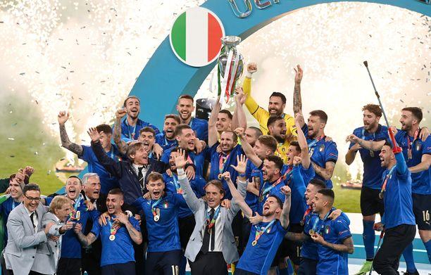 Italian kapteeni Giorgio Chiellini pääsi nostamaan mestaruuspyttyä.