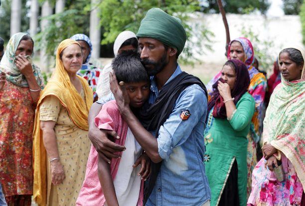 Paikalliset kokoontuivat suremaan myrkkyviinaan menehtynyttä Kirpal Singhiä.
