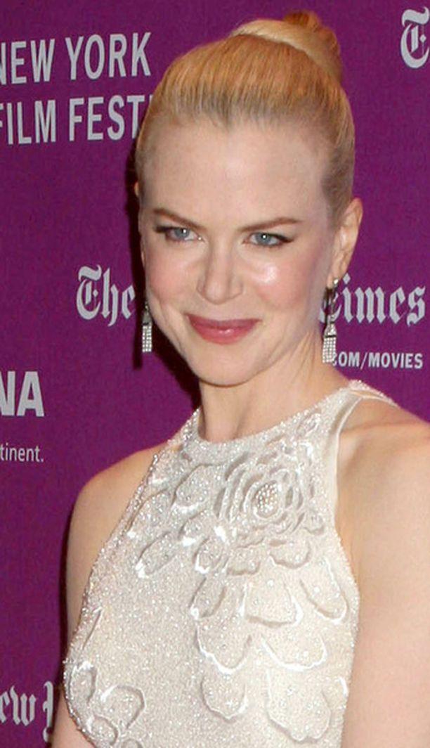 Nicole Kidman nähdään usein julkisuudessa juuri näin puhtoisena: Hiukset on vedetty taakse nutturalle, päällä on joko puhdasta valkoista, tyylikästä mustaa tai raikasta punaista.