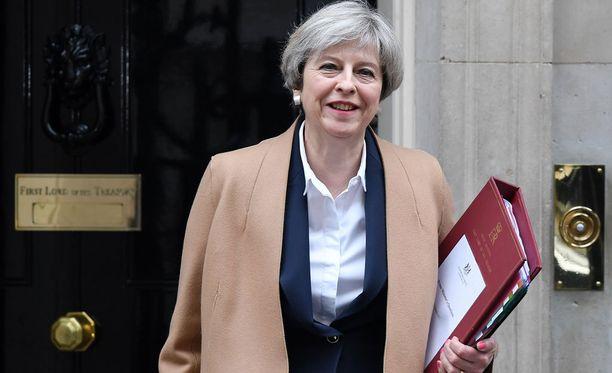 Theresa May lähdössä Downing Streetiltä puhumaan parlamentille brexitistä.