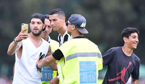 Useat Juventus-fanit halusivat yhteiskuvaan uuden tähtensä kanssa.