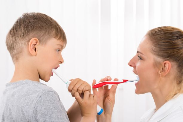 Vasta tokaluokkalainen on motorisesti niin kehittynyt, että pystyy itse huolehtimaan hampaiden harjauksesta. Silloinkin on tärkeää, että vanhemmat tarkistavat harjaustuloksen.