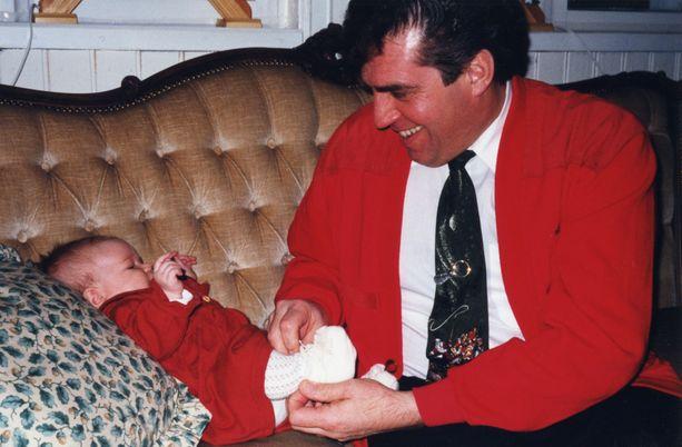 Olivia isänsä kanssa ensimmäisenä joulunaan 1998.
