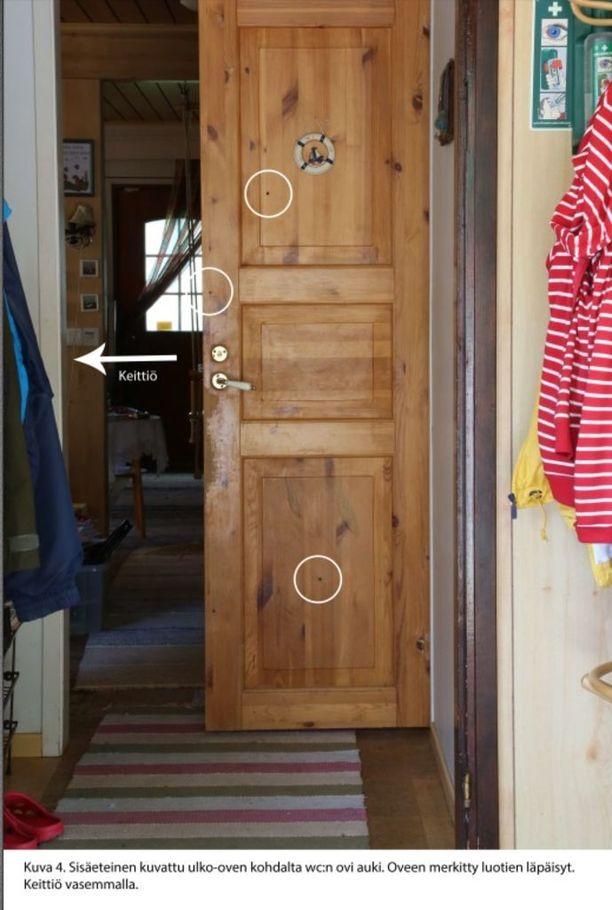 Esitutkintamateriaalin mukaan Nyfors piileskeli tämän oven takana poliisien tullessa taloon sisään.