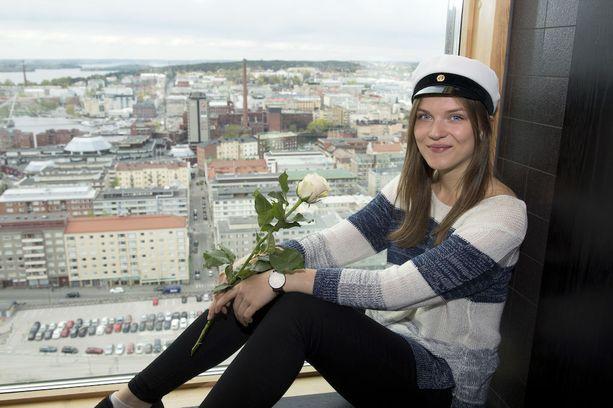 Kaisa Virolainen aikoo juhlia lakkiaisiltaa Tampereen Torni-hotellissa ystäviensä kanssa.