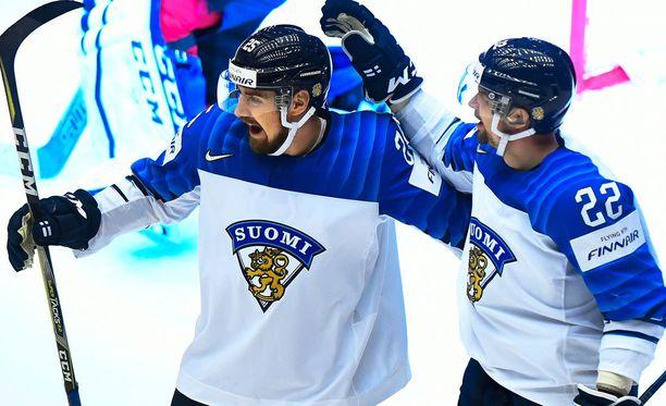 Pekka Jormakka (vas.) ja Janne Pesonen tuulettivat Suomen toista maalia.