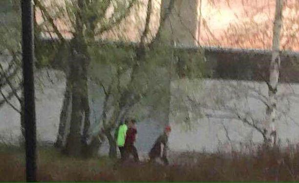 Paikalta on nähty poistuvan kolme noin 15-vuotiasta poikaa. Poliisi etsii kuvan kolmikkoa.