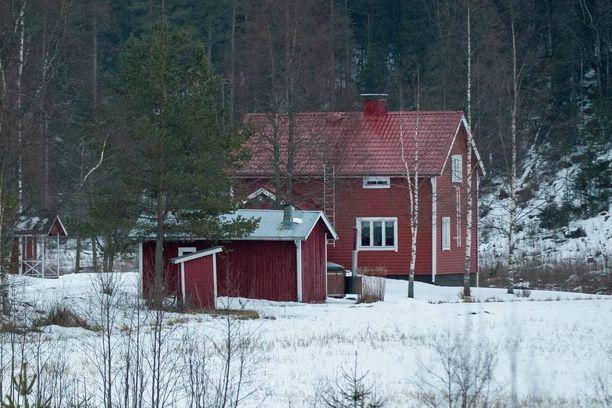 Osa Salon arvonkuljetusryöstäjistä piiloutui tähän pellon laidalla sijaitsevaan taloon Kiikalassa.