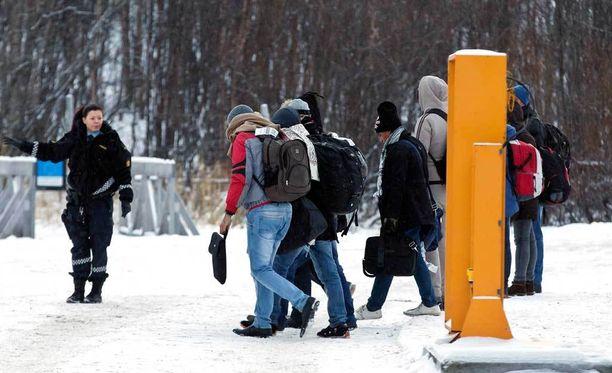Poliisi tarkasti pakolaisryhmän Norjan ja Venäjän rajalla.