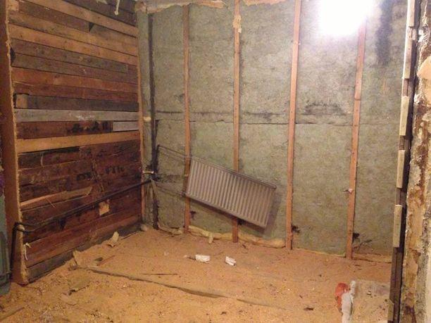 Vanhan 80-lukua henkivän saunan seinien takaa löytyi tapettia. Alun perin sauna löytyi pihamaalta.