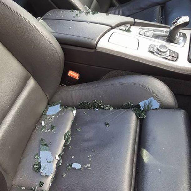 Lasinsiruja oli tapahtuneen jälkeen kaikkialla autossa.