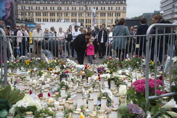 Suomi mainitaan yhtenä esimerkkinä terroriteon kohdemaasta Yhdysvaltojen ulkoministeriön Euroopan matkustusvaroituksessa. Kuva Turun kauppatorilta elokuisen puukotuksen jälkeen.