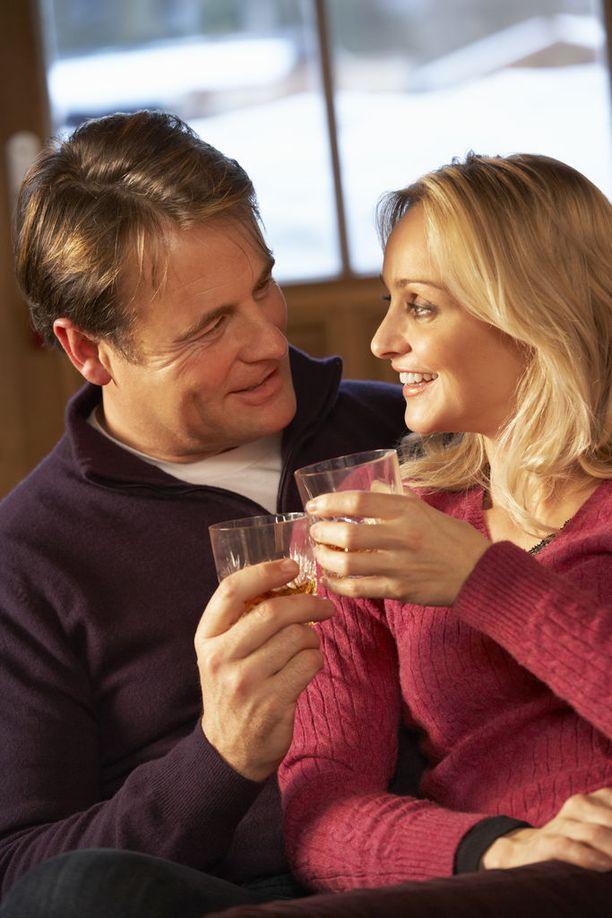 Terveyden kannalta ratkaisevaa on, miten kauan elimistö marinoituu alkoholirasituksessa. (tähän joku alkoholia hörppivä tyyppi, arkistokuva)