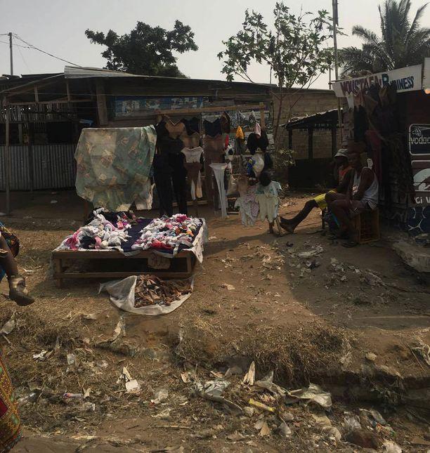 - Tätä kuvaa olen jäänyt usein miettimään. Tässä nämä ihmiset myyvät tavaroitaan, taustalla näkyy asuntoa. Jos kauppa ei käy, yhteiskunnalta on apua turha pyytää.