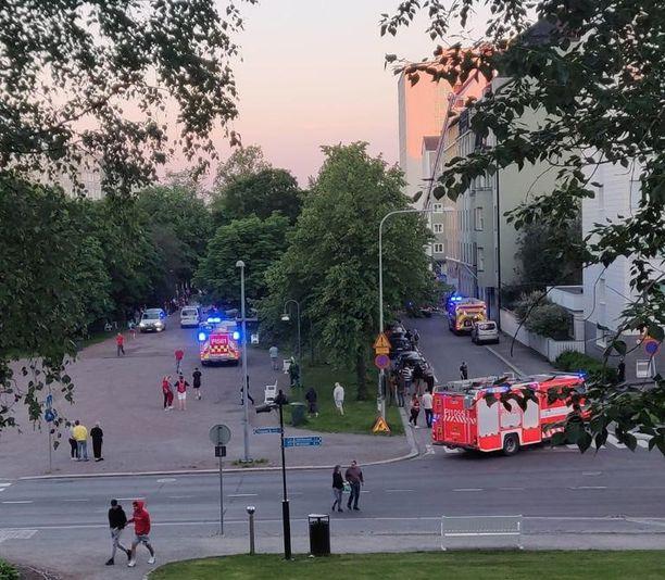 Tampereen Hämeenpuistossa oli paikalla useita pelastusyksiköitä.