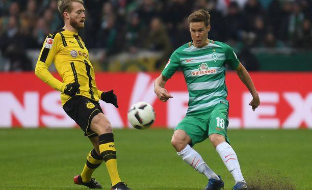 Bremenin Niklas Moisander purkaa, ennen kuin Dortmundin Andre Schürrle ehtii tilanteeseen.