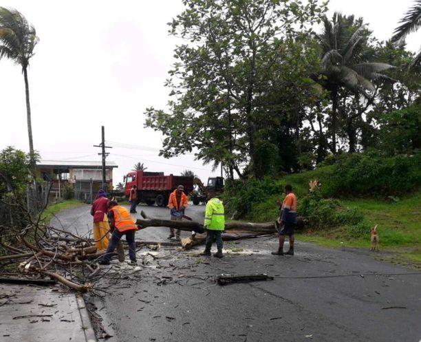 Myrskyn jälkiä siivottiin perjantaina Fidjin pääsaarella.