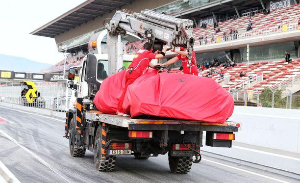 Kimi Räikkösen auto kuljetettiin paketoituna takaisin varikolle.