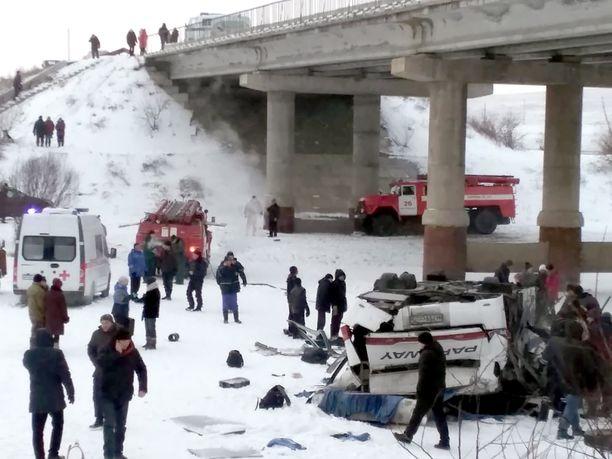 Pelastustyöntekijöitä onnettomuuspaikalla.