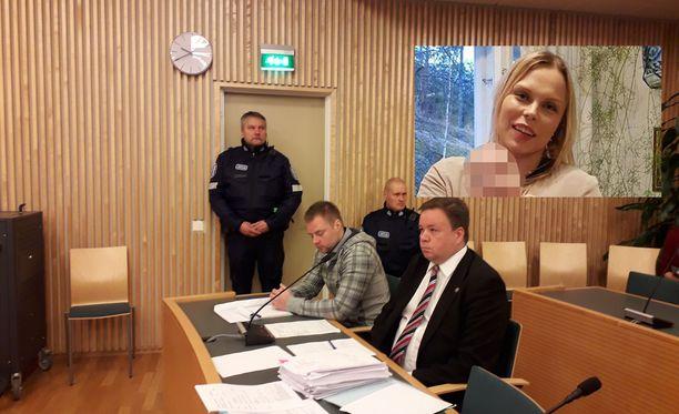Tuomittu ei peitelly kasvojaan oikeudessa. Tuomitun vieressä hänen asianajajansa Jyrki Piiparinen.
