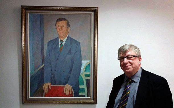 Keskustan puoluetoimiston kunniapaikalta 18. helmikuuta kadonnut Paavo Väyrysen muotokuva löytyi myöhemmin puoluesihteeri Timo Laanisen työhuoneesta.