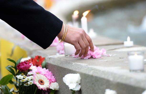 Terrori-iskujen uhreja on kunnioitettu ympäri maailman. Kuva Kanadasta.