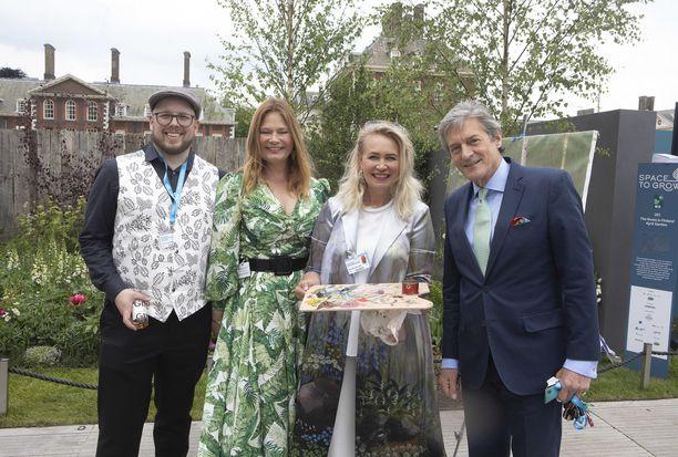 Chelsean kukkaisnäyttelyssä vilisee kutsuvieraspäivänä julkkiksia. Chariots of Fire -elokuvasta tuttu Nigel Havers kurkkasi suomalaiseen puutarhaan.