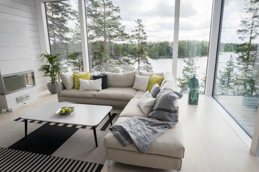 Asuntomessukohde 8. Korkeasta olohuoneesta näkee upean järvimaiseman vuoden ympäri.