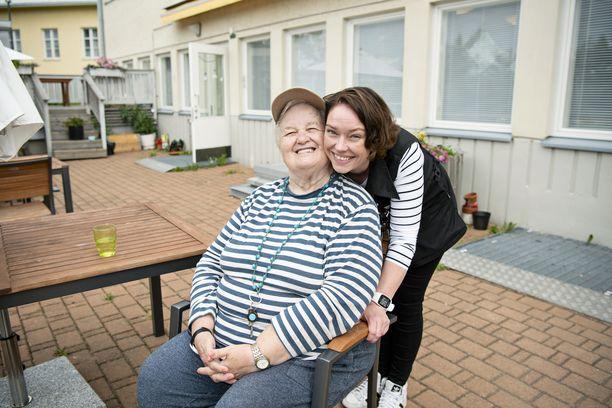 Päiväkeskuksesssa tapaamme Ritva Hildenin, joka antaa hoitajille täydet pisteet.